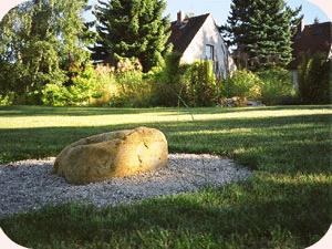 'Herzpunkt'-Steinsetzung (Omphalos) in privatem Hausgarten